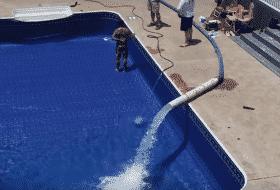 pengisian air kolam renang